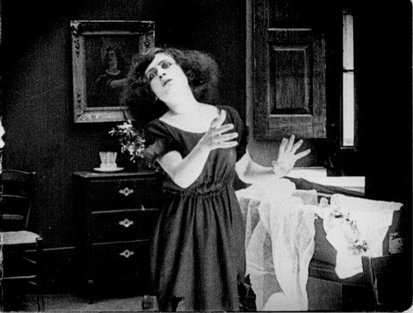 Rose Angione als Nanninnella in de film 'A Santanotte, Elvira Notari