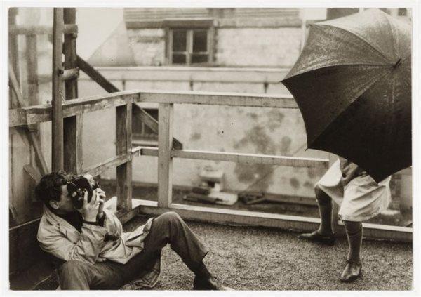 Joris Ivens filmt Regen, foto Germaine Krull, 1929.